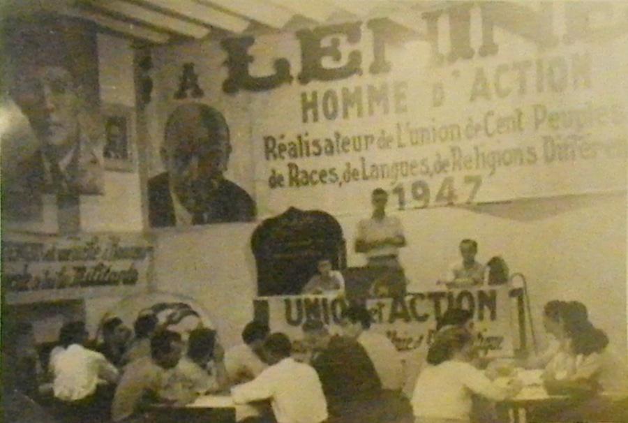 École élémentaire de la section Bab el Oued Sud du PCA, 30 juin 1947. Debout sur l'estrade, Élie Chaïa fait un exposé. À sa droite, Gilberte Chemouilli-Taleb.