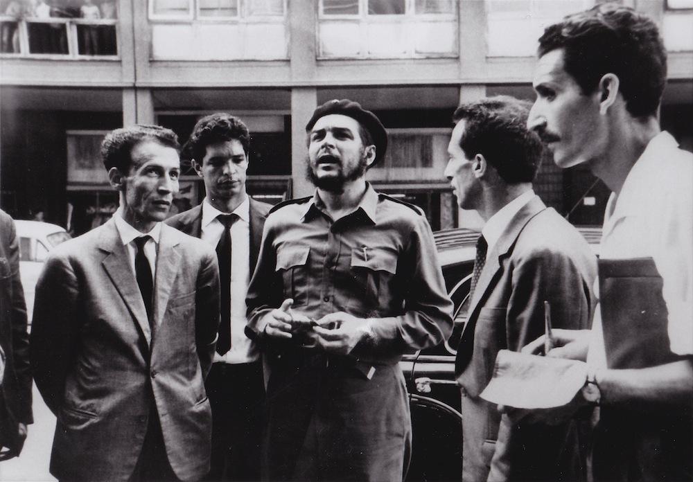 """Che Guevara en visite à Alger, en 1963 ou 1965. À droite, JP Saïd prend des notes pour """"Alger Républicain""""."""