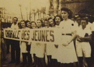 Alger, été 1945. Chorale des JC. Huguette Timsit, Malika Ouzegane et Arlette Nabet sont au centre.