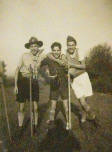 Blida, 1943. Gilles Saïd, Charles Nakache et Élie Chaïa lors d'une sortie des Éclaireurs israélites.