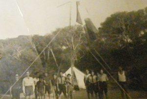 """""""Le salut aux couleurs"""". Camp des Éclaireurs israélites de Blida à Zéralda, août 1940."""