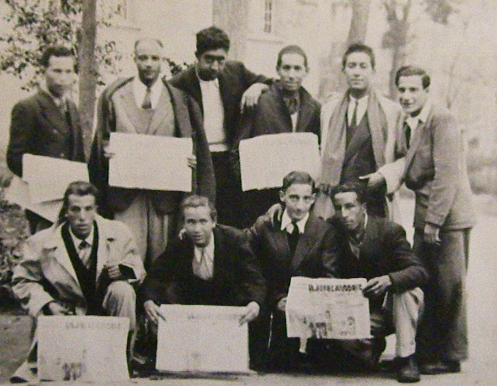 Constantine, 25 novembre 1945. Congrès régional des JC. Debout, de gauche à droite : Abdelkader Belkhodja, Abdelaziz Rouigui, Youcef Briki, X, Bachir Djeroud, Élie Attali. Accroupis : Brahim Dekoumi, X, X, X.