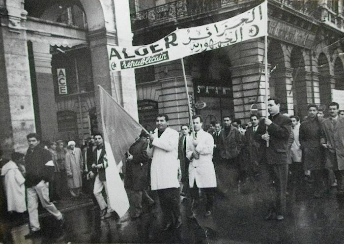 Alger, 1er mai 1963. Défilé de l'équipe d'« Alger Républicain ». Boualem Khalfa est à l'arrière plan, second en partant de la droite.