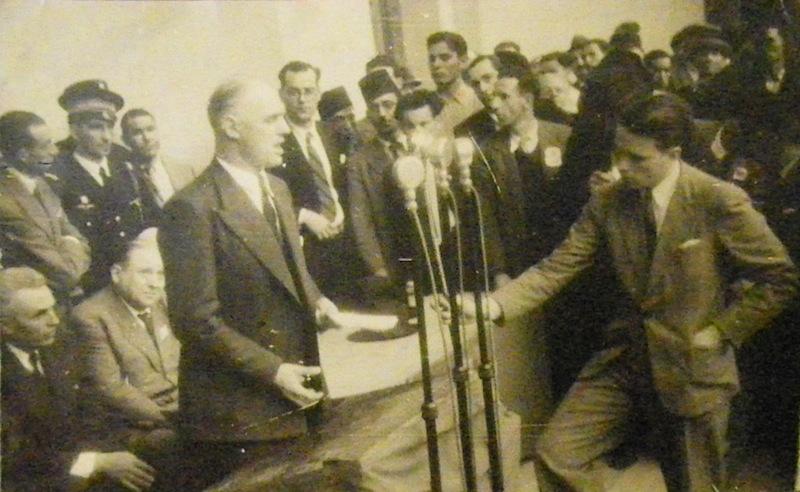 Alger, 1er mai 1946. Discours de Charles Tillon, ministre de l'Air et ancien dirigeant de la Résistance communiste. Élie Chaïa est à l'arrière-plan, au centre.