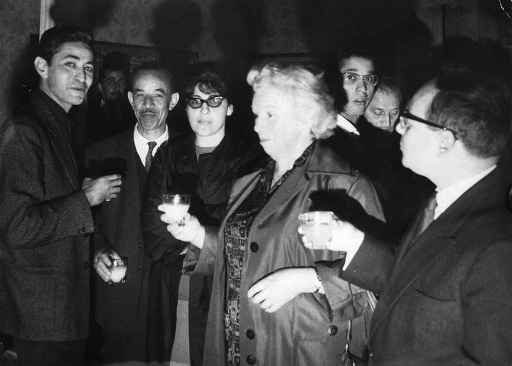 Alger à l'indépendance. Des communistes reçoivent une déléguée soviétique. À gauche, Boualem Khalfa et Larbi Bouhali. À droite, Henri Alleg.