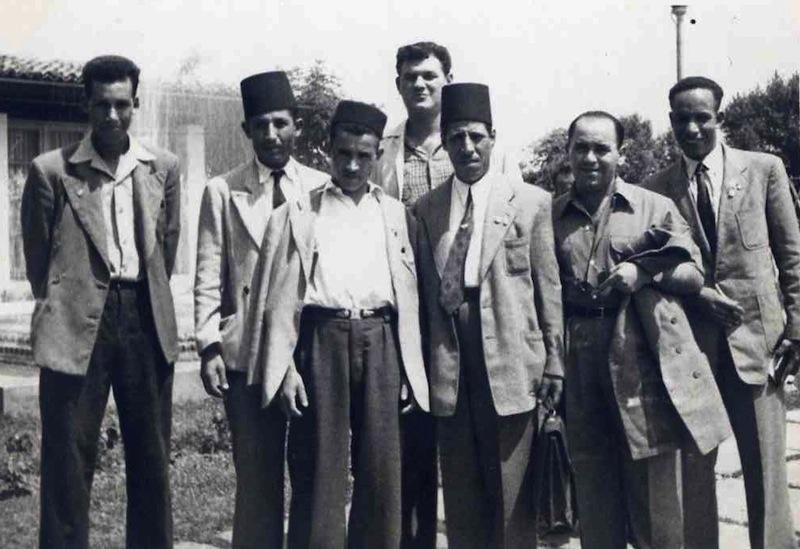 Blida, fin de l'année 1954. Des militants et employés de l'hôpital psychiatrique auprès de leur médecin-chef Frantz Fanon (à droite). À l'arrière plan, Georges Counillon.