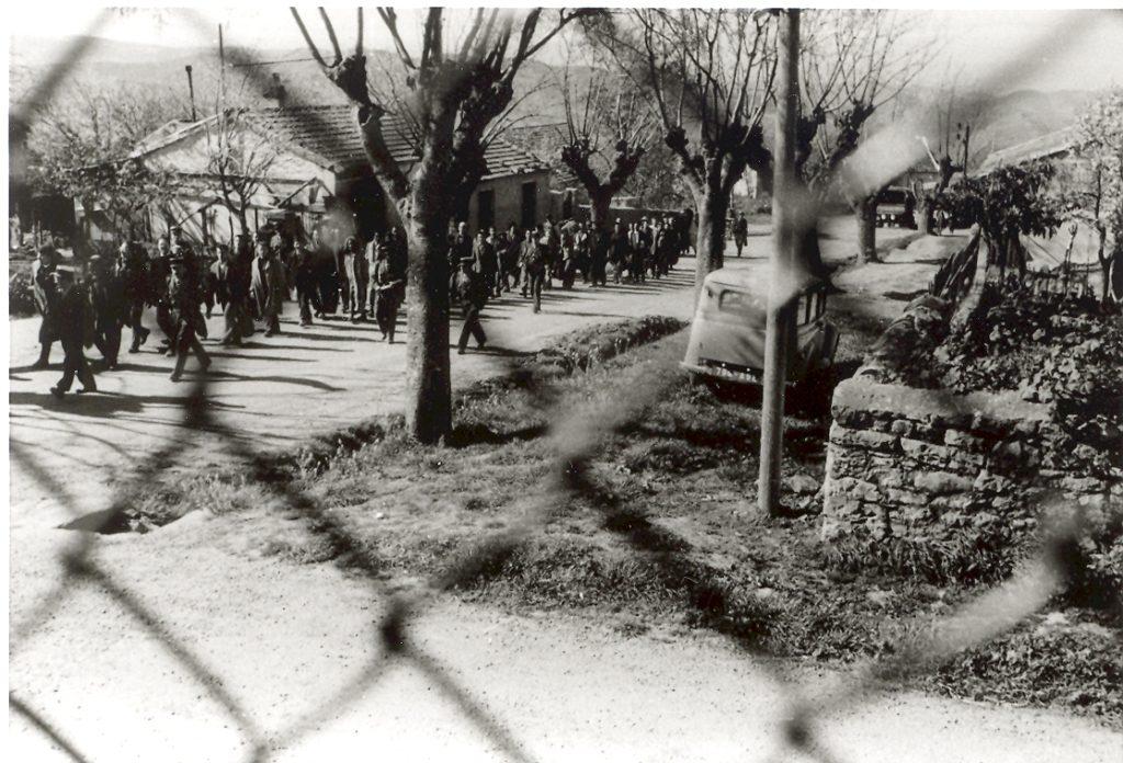 Camp de Lodi. Des familles arrivent sous escorte pour rendre visite aux détenus.