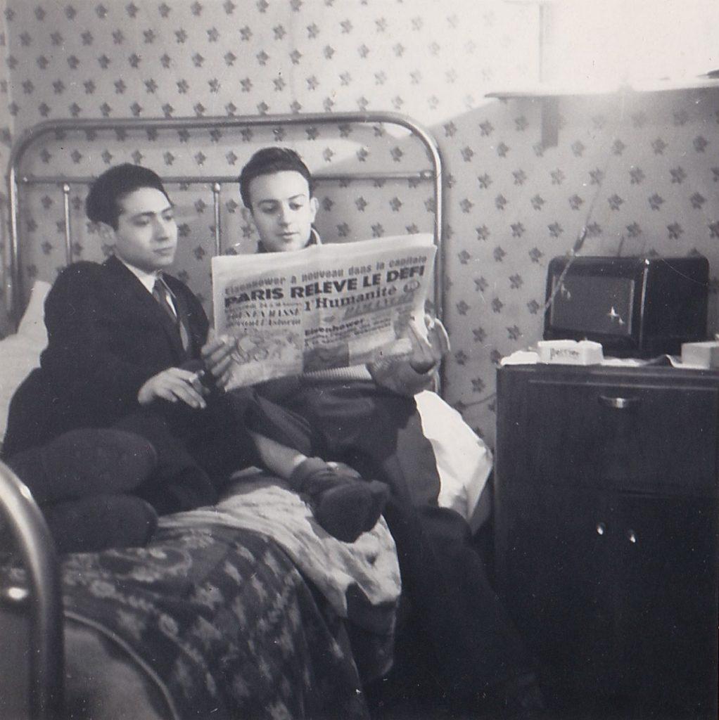 Paris, maison des Lettres de la rue Férou, début des années 1950. Les Constantinois Jean Beckouche et Rolland Doukhan posent avec la Une de L'Humanité-Dimanche annonçant la venue du général Eisenhower à Paris.