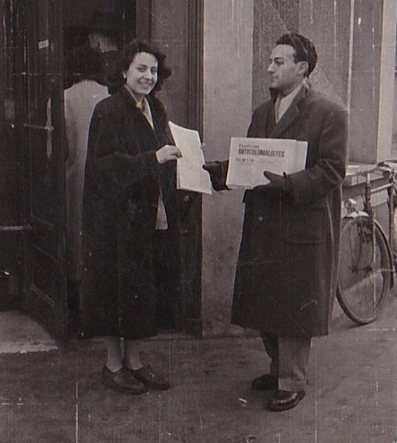 Paris, vers 1950. Nicole Taïeb et Rolland Doukhan vendent Étudiants anticolonialistes à la criée.