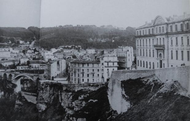 Constantine, années 1950. À droite, le lycée d'Aumale. Au second plan, le quartier juif.