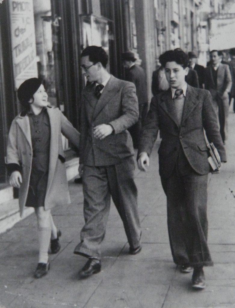 Alger, vers 1936. Lucien Hanoun entouré de sa soeur Armide et de son frère Ulysse.