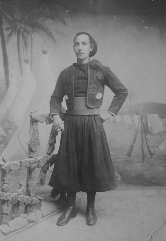 Oran, 1914. Désiré Nessim Hanoun dans son uniforme de Zouave.